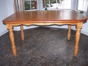 BEAUTIFUL SOLID MAPLE TABLE IN MINT CONDITION