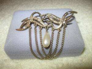 "ELEGANT VINTAGE FILIGREED GOLDTONE ""FAUX PEARL"" LADY'S BROOCH"