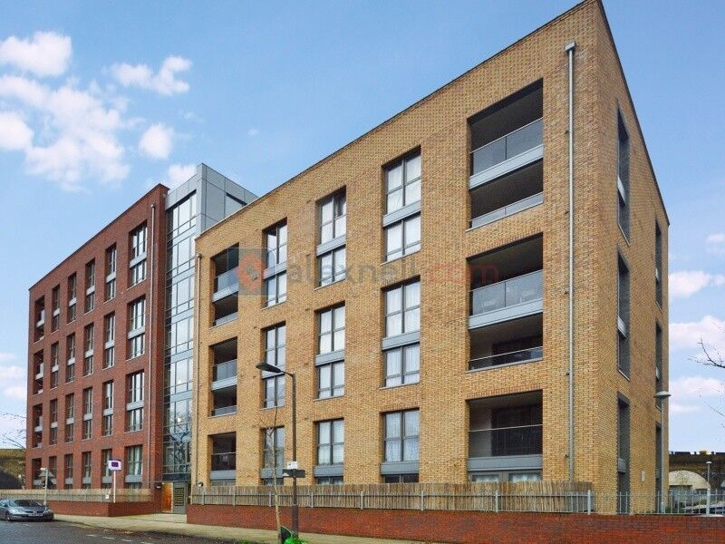 3 bedroom flat in Silwood Street, Surrey Quays