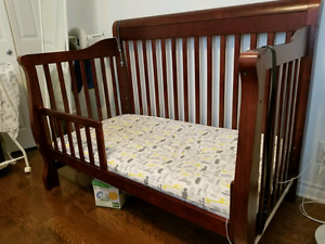 Crib 3 In 1 convertible & changing table NEGOTIABLE