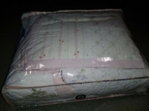 Double Quilt set with two pillow shams in excellent condition