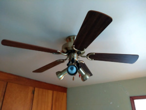 CEILING FAN WITH 3 ADJUSTABLE LIGHTS $30