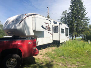 2010 Cougar 5th wheel Trailer Rare model with loft bed!