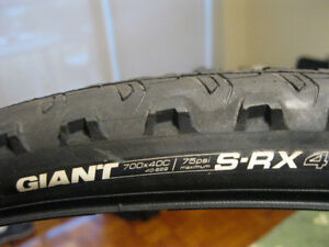 Giant 700x40C S-RX4 Bike Tires & Wellgo Pedals