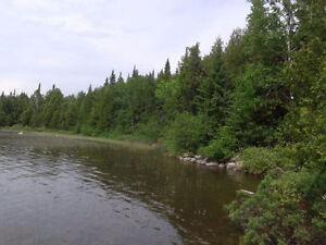 Superbe terrain à vendre au bord de l'eau