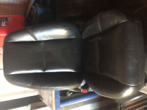 2008-2011 Gm Black leather power seats in good condition