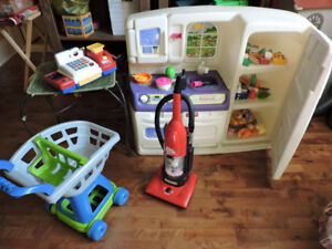 Lot de jouets, cuisinière avec accessoires et autres