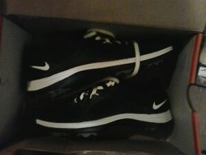 WOMAN'S SIZE 6 NIKE GOLF SHOES