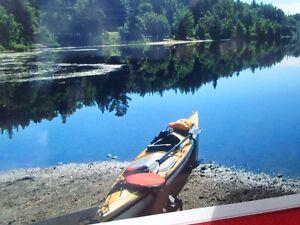 Kayak de mer Azul 17.8 pieds en Kevlar & 1200$ d'accessoires