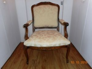 Fauteuil,chaise a bras et chaise droite, table