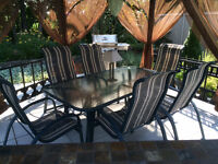 Set de patio 6 chaises table et parasol