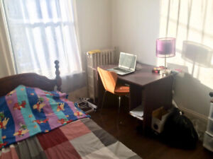 Room for Rent in Coburg Rd, Downtown - Starting May 1st URGENT