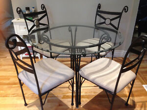 DINETTE TABLE AND 4 CHAIRS / TABLE DINETTE ET 4 CHAISES