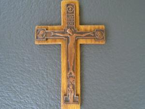 crucifix moderne avec tête de mort   / oeuvre d Albert Gilles