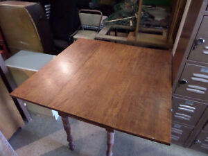 BEAUTIFUL WOODEN TABLE WITH EXTENSIONS (GREAT CONDITION)