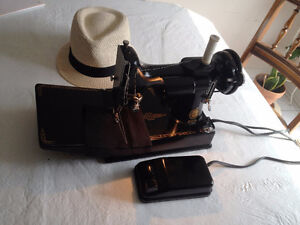 SINGER FEATHERWEIGHT SEWING MACHINE WITH CASE