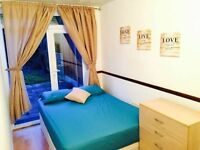 **BRIGHT DOUBLE ROOM IN E14 WITH PRIVATE GARDEN**