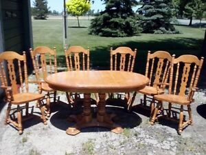 Dining Room set w/ 6 chairs and 2 leeves