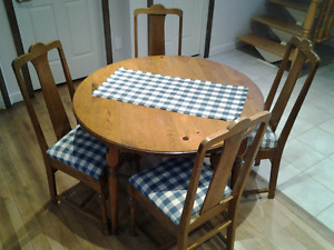 Table ronde  & 4 chaises