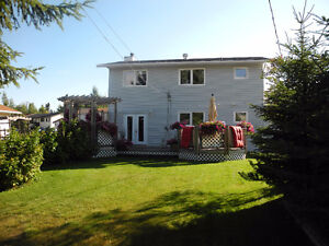 Beautifully Landscaped Family Home in Mature Neighborhood!