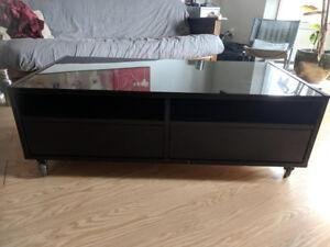 Table basse de salon IKEA sur roues.