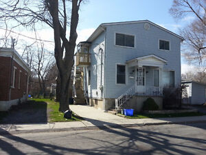 Students: Nice 5 Bdrm walking distance to Queen's, Avail May 1