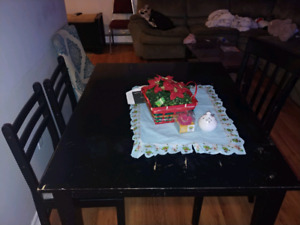 Dinning table in good condition in good conditioDinning table in