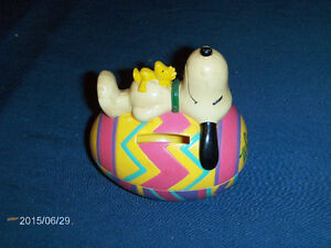 VINTAGE SNOOPY BANK-WHITMAN'S CANDIES EGG-PEANUTS