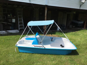 Sun dolphin 5 person Paddle boat