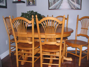 BEAUTIFUL SOLID OAK TABLE & 8 CHAIRS.