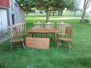 Table en bois avec 6 chaises
