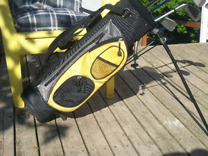 KIDS R.H.GOLF CLUBS BAG W/STAND . SORRY SOLD ======.