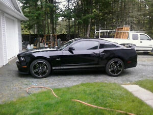 2013 Ford Mustang Black Coupe (2 door)