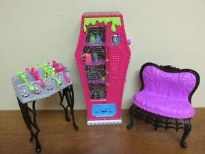Distributeur de nourriture un Baby Foot un Fauteuil Monster High