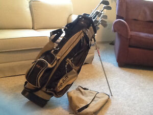 MENS RIGHT HANDED GOLF CLUBS AND BAG WITH STAND