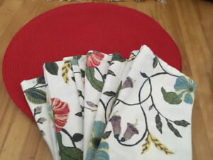 BEAUTIFUL Tableware Set- 6 Round Placemats / 8 Floral Napkins