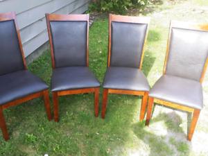 Chaises en bois  et  cuir  de qualité