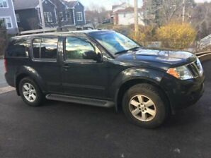 Selling my Nissan Pathfinder SE in good condition .