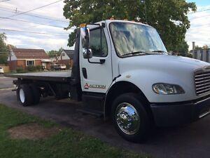 Freightliner tilt n load tow truck