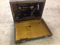 SINGER VINTAGE SEWING MACHINE FROM 1952 in beautiful wood carry case