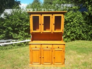 Maple kitchen table, 4 chairs and hutch