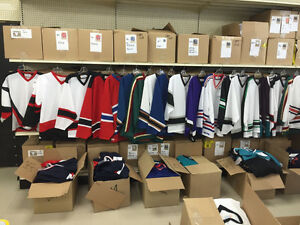 LOT 900 CHANDAILS,JERSEYS HOCKEY ADULTES COULEURS LNH,15$CH