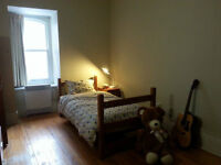 Room for rent near McGill. Chambre a louer.