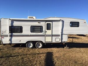 Fifth wheel trailer with A/C