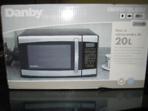New Danby 0.7 cu ft (700 watts)  microwave oven
