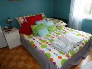 Litterie pour lit simple avec cousins et plein jour