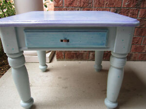 BEAUTIFULLY CHALK PAINTED END TABLE Cambridge Kitchener Area image 1