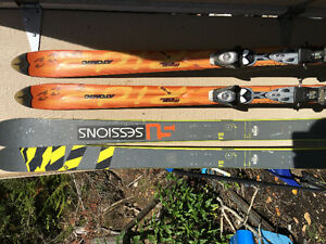 2 pairs of downhill skis