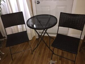 Ensemble patio ou bistro en rotin avec deux chaises