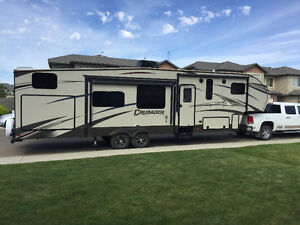 Like new Crusader 337QBH 5th Wheel Trailer